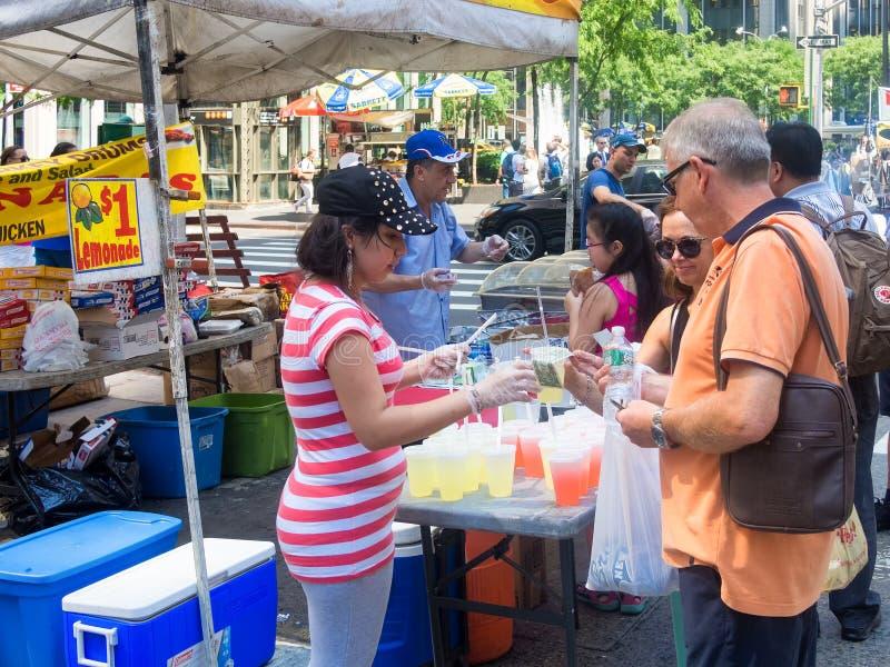 Stehen Sie, verkaufend Lebensmittel an einer Straßenmesse in New York City stockbilder