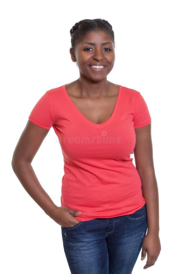 Stehende Afroamerikanerfrau in einem roten Hemd lizenzfreie stockfotos