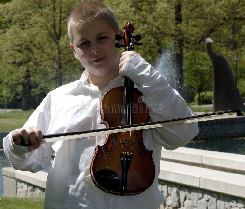 Stehende Außenseite des Jungen mit Viola lizenzfreie stockbilder