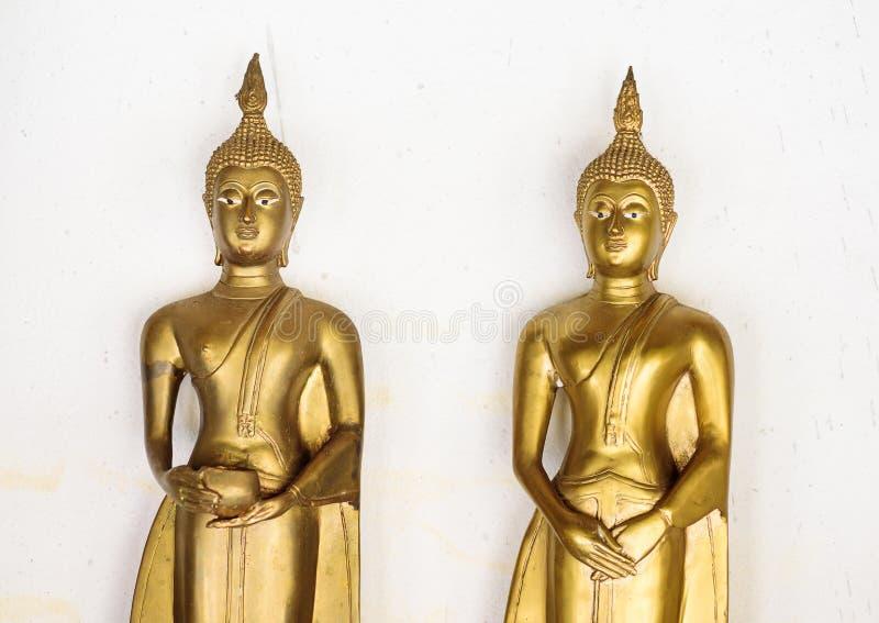 Stehende goldene Buddha-Statue im Tempel stockfotografie