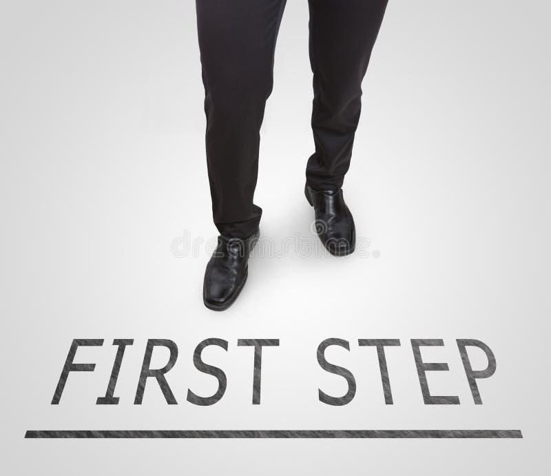 Stehende tragende Gerichtsschuhe des Geschäftsmannes auf Linie des ersten Schrittes lizenzfreies stockbild