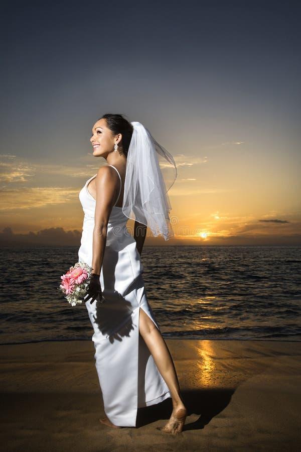 Stehender Holdingblumenstrauß der Braut lizenzfreies stockfoto