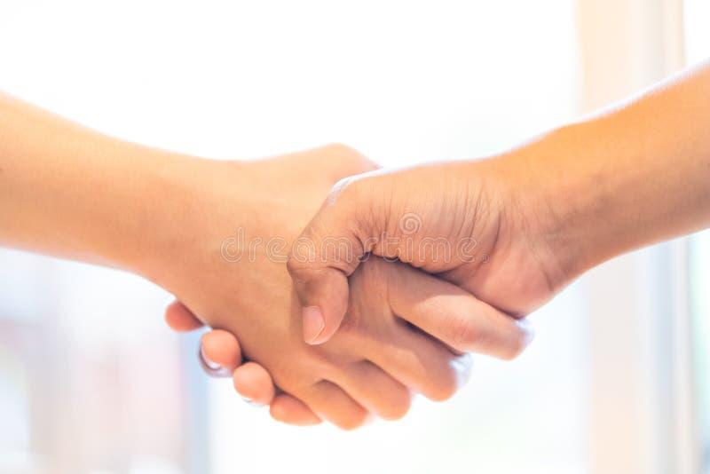 stehender Starthändedruck zusammen Geschäftsleute, die für die Zusammenarbeit verbinden rüttelnde Starthände, zum Partner zu besc stockfotos