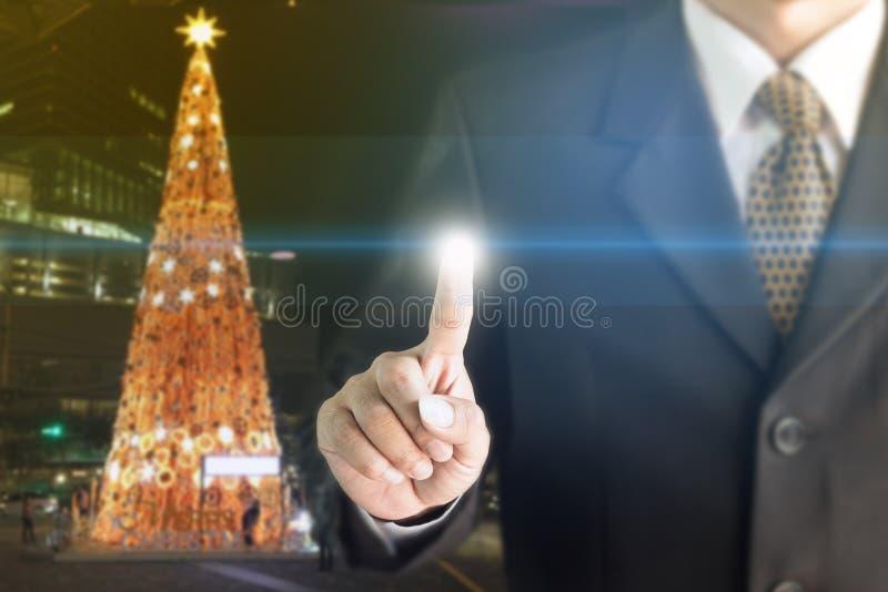 Stehender Touch Screen des Geschäftsmannes Hand Sie können Text Ihrer Anzeige hinzufügen stockbilder