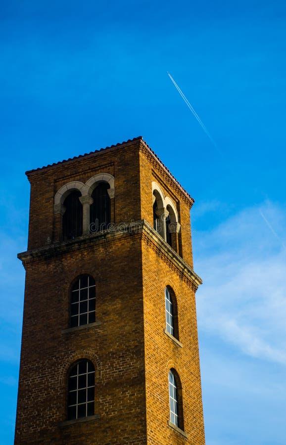 Stehender Turm nahe im Stadtzentrum gelegener Austin Texas Jet Contrail stockfotos