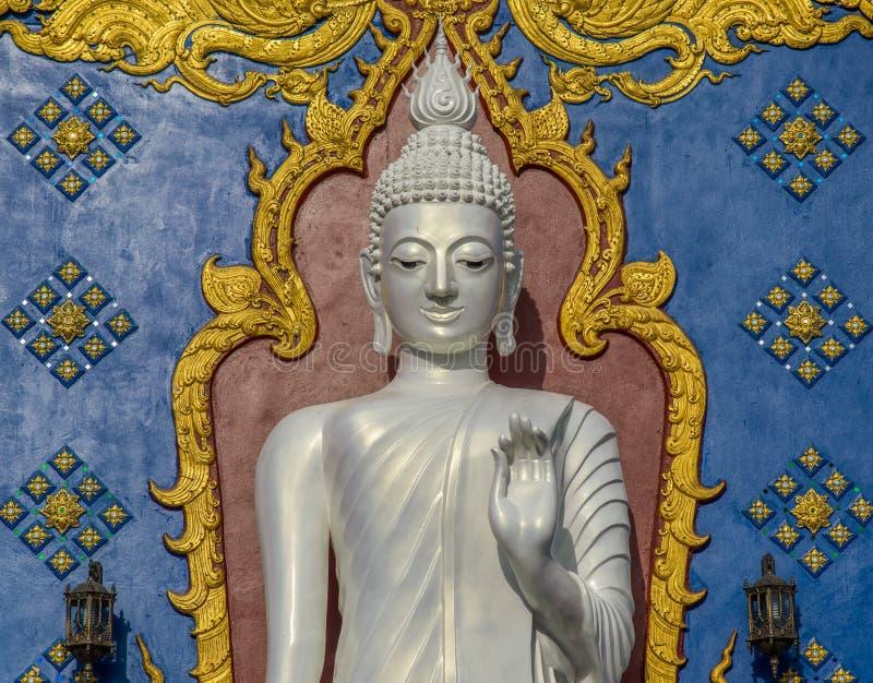 Stehender weißer Buddha lizenzfreie stockbilder