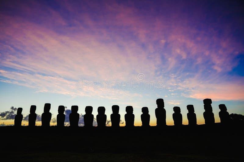 Stehendes moai fünfzehn auf Ahu Tongariki gegen drastischen Sonnenaufganghimmel in der Osterinsel, Chile stockbild