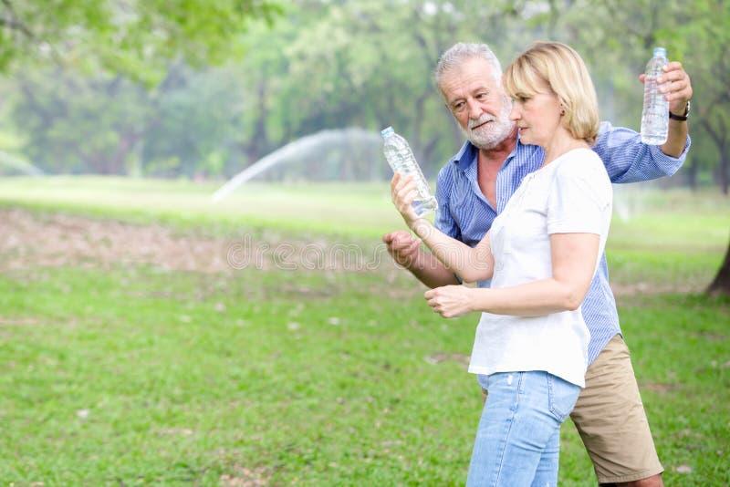 Stehendes Trinkwasser der älteren Paare stockbilder