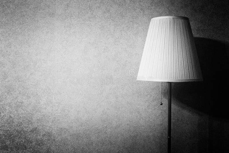 Stehlampe auf dem Hintergrund einer Betonmauer stockbilder
