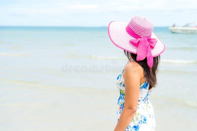 Steht tragender Hutstrand und -Sonnenbrille der Schönheit überreicht an sandigen Strand stockbilder