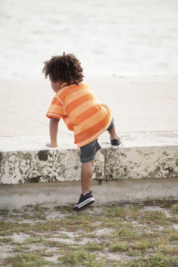 Steigen des jungen Kindes stockfotografie