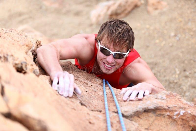 Steigen - männlicher Bergsteiger stockbilder
