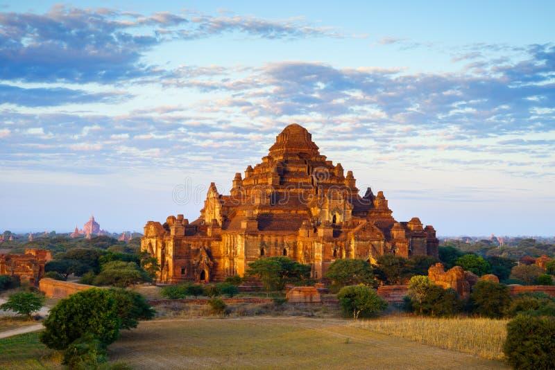Steigen Sie über Dhammayangyi-Tempel bei Sonnenaufgang, Bagan, Myanmar im Ballon auf stockfoto