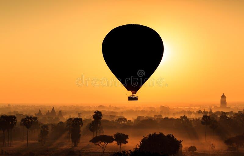 Steigen Sie über Ebene von Bagan am nebelhaften Morgen, Myanmar im Ballon auf lizenzfreie stockfotos