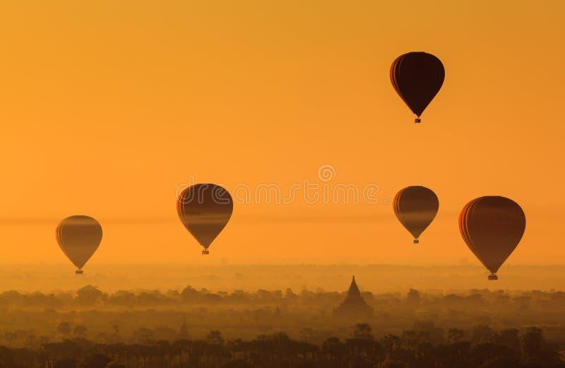 Steigen Sie über Ebene von Bagan am nebelhaften Morgen, Myanmar im Ballon auf stockfotos