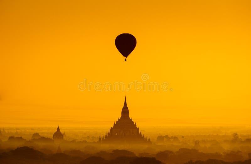 Steigen Sie über Ebene von Bagan am nebelhaften Morgen, Myanmar im Ballon auf stockfoto