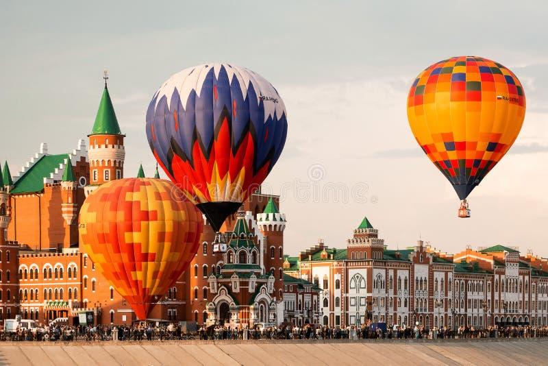Steigen Sie das Fliegen über die Mitte der Stadt im Ballon auf stockfotos