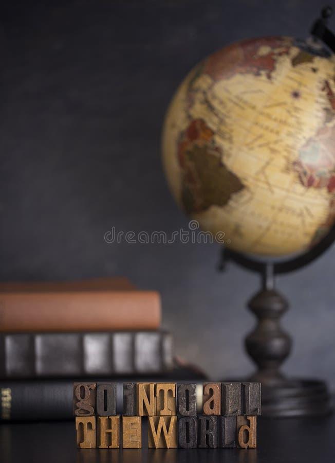 Steigen Sie in die ganze Welt ein und sagen Sie dem Evangelium zu aller Schaffung stockfoto