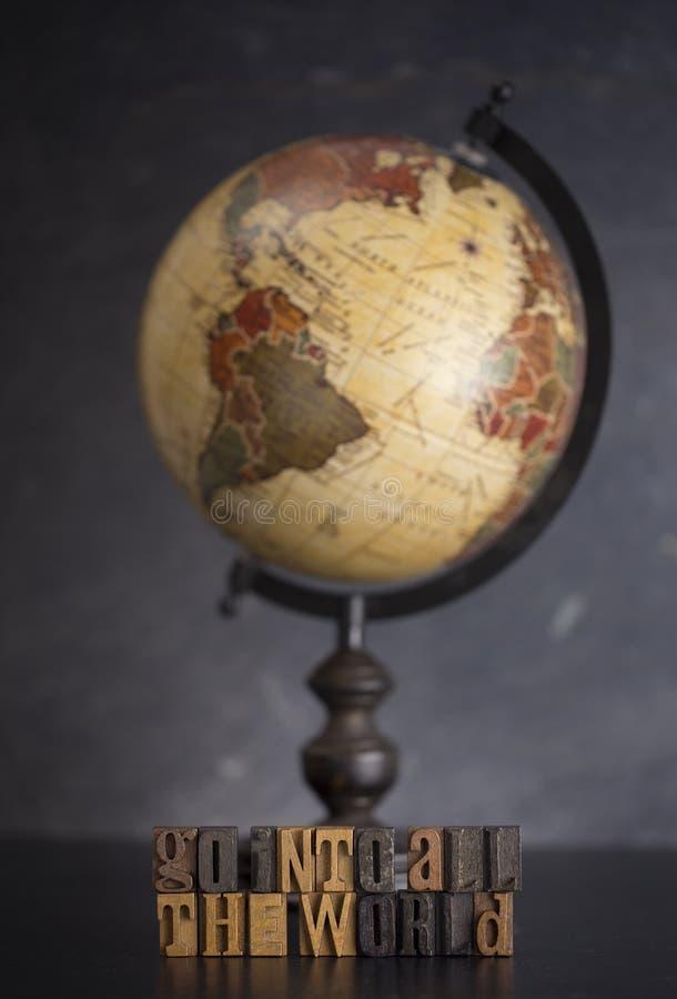 Steigen Sie in die ganze Welt ein und sagen Sie dem Evangelium zu aller Schaffung stockbild