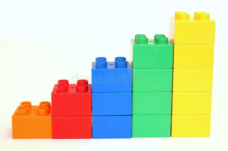 Steigende Bausteine lizenzfreie stockbilder