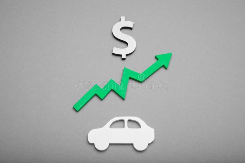 Steigender Autopreis, Automobilhintergrundkonzept Kostenkredit Versicherung, Investition, Wachstum lizenzfreie stockfotos