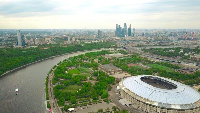 Steigender Luftschuß von Moskau-Stadtbild Luzhniki-Fußballstadion und entfernte Geschäftszentrum skyscrapes mit einbeziehend stockbilder