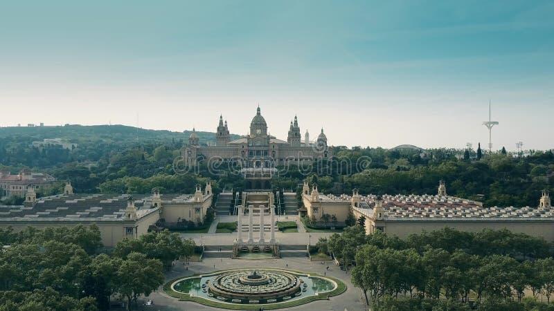 Steigender Luftschuß von Palau Nacional - Museum des nationalen Palastes in Barcelona, Spanien stockfotos