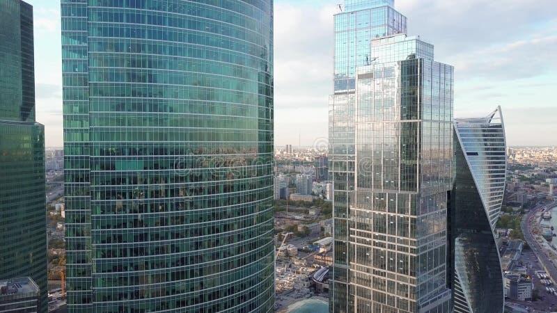 Steigender Luftschuß von reflektierenden Bürowolkenkratzerdetails in einem modernen Geschäftsgebiet stockfotos