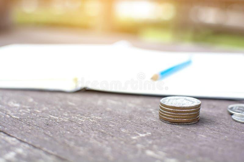 Steigender Münzenstapel des Abschlusses stapeln oben von Geldmünzen und zeichnen gelegen an lizenzfreies stockbild
