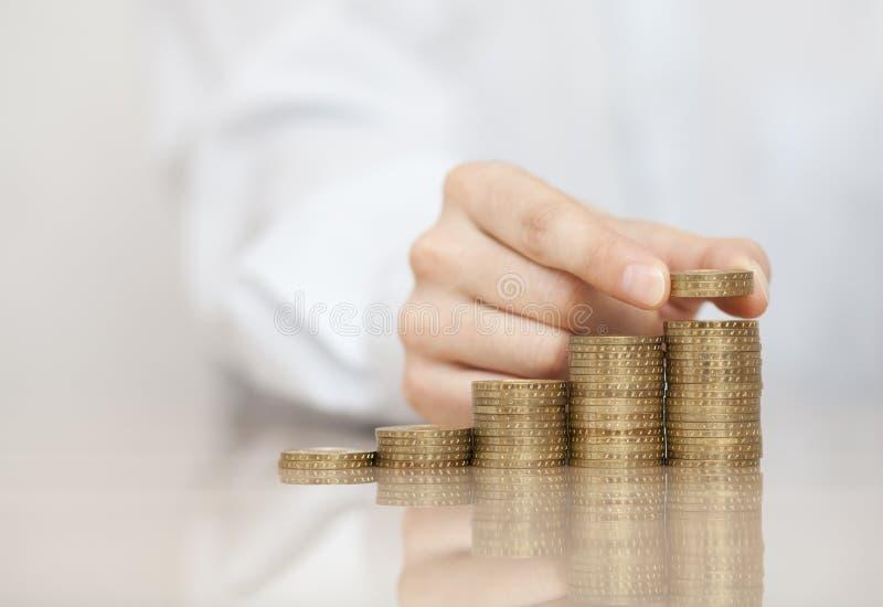 Steigender Stapel Münzen stockbild
