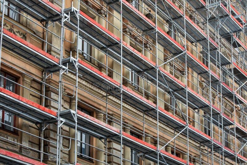 steiger rond het huis - de vernieuwing van de de bouwvoorgevel stock fotografie