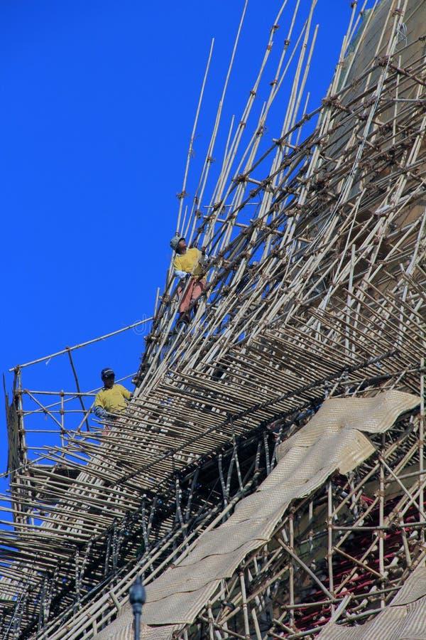 Steigerbouwers aan het werk aangaande Shwedagon-Pagode stock foto's