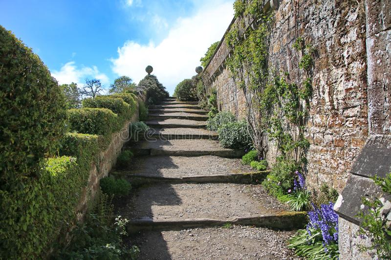 Steigert die Klippe zum Schloss stockbilder