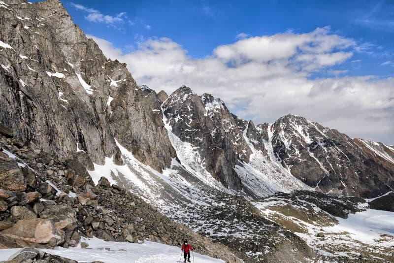 Steigung des Gebirgszugs und eines Bergsteigers auf Aufstieg stockfoto