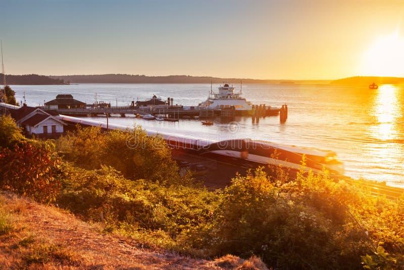 Steilacoom färjaskeppsdocka på solnedgången royaltyfri fotografi