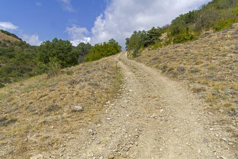 Steile afdaling op een landweg royalty-vrije stock afbeelding