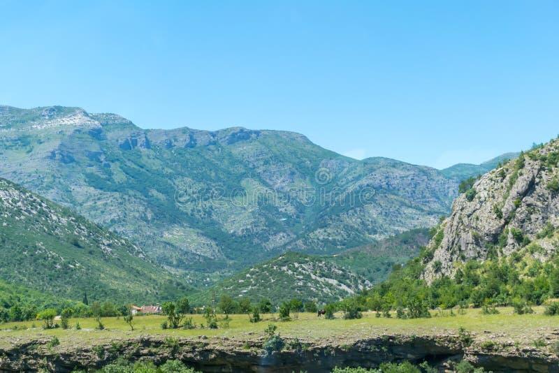 Steile Berghänge in den Schluchten entlang dem Fluss lizenzfreie stockfotografie