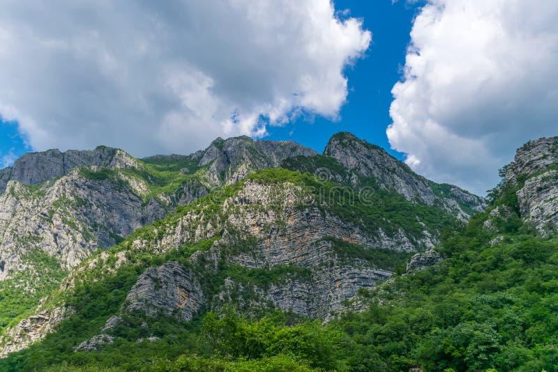 Steile Berghänge in den Schluchten entlang dem Fluss stockfoto