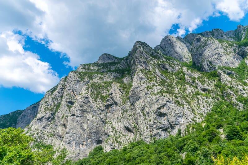 Steile Berghänge in den Schluchten entlang dem Fluss stockbild