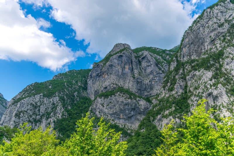Steile Berghänge in den Schluchten entlang dem Fluss stockbilder