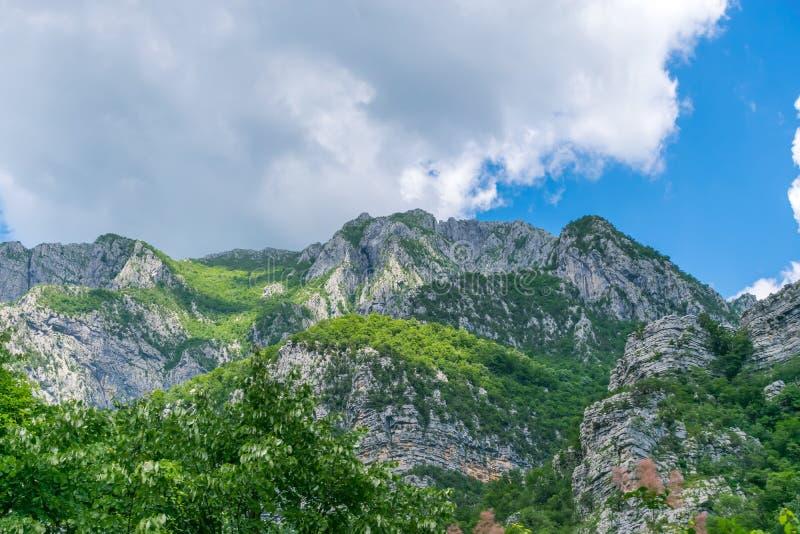Steile Berghänge in den Schluchten entlang dem Fluss stockfotografie