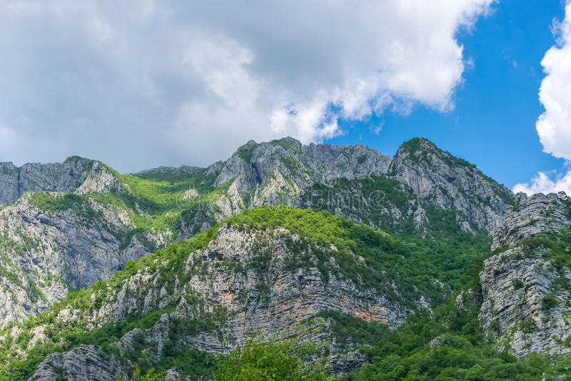 Steile Berghänge in den Schluchten entlang dem Fluss lizenzfreies stockbild