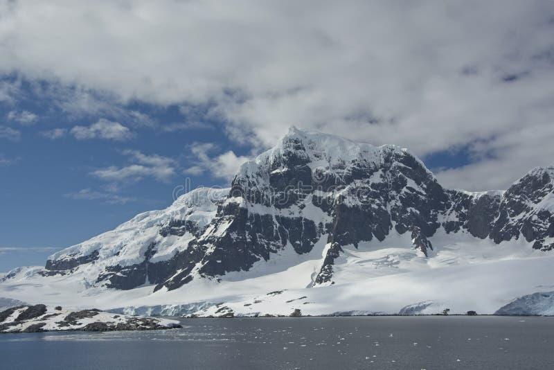 Steile die Bergen van Gerlach Strait worden bekeken royalty-vrije stock afbeeldingen