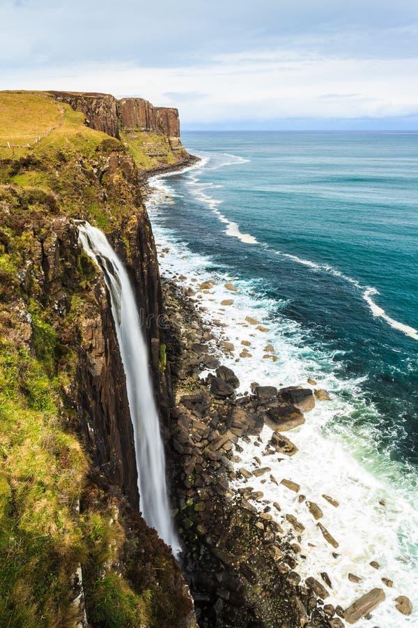 Steile felsige Küstenlinie mit Wasserfall stockbild