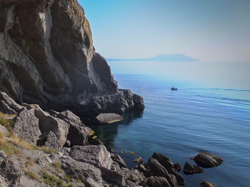 Steile mooie bergen en azuurblauwe wateren van de Zwarte Zee van de kust van het dorp van Novy Svet in de Krim Golitsyn of F stock afbeelding