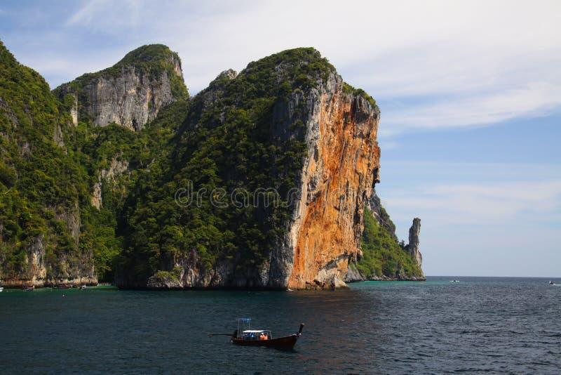 Steile rode rotsmuur die van water in blauwe hemel van tropisch eiland Ko Phi Phi, Andaman-overzees, Thailand toenemen royalty-vrije stock fotografie