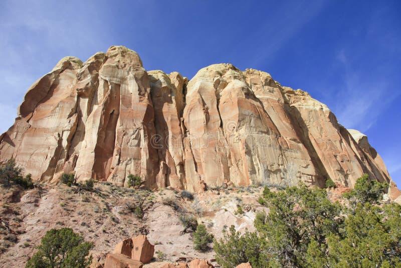 Steile rotsdagzomende aardlaag en klippen New Mexico stock foto's