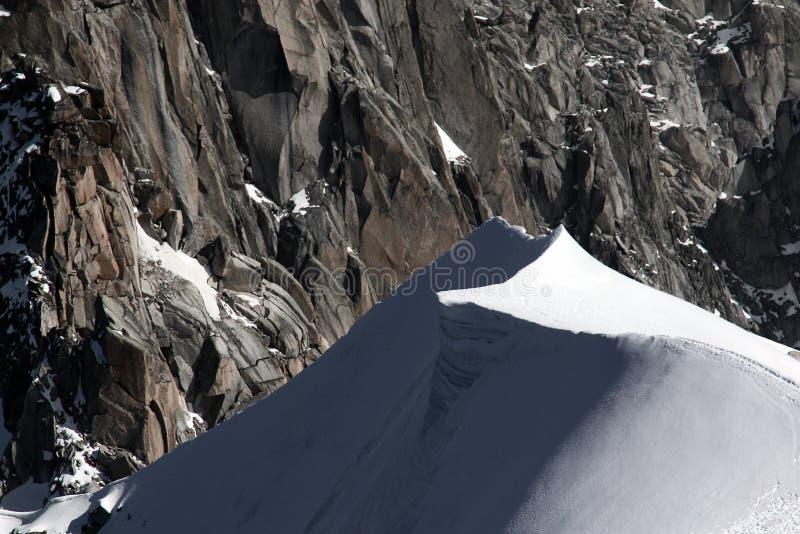 Steile sneeuwduinen bovenop berg in Mont Blanc-massief in Frankrijk royalty-vrije stock afbeeldingen