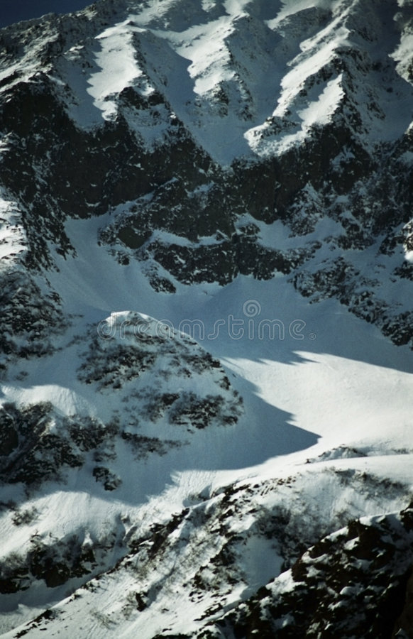 Steile, Snow-covered Berghelling stock foto