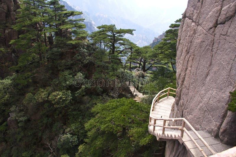 Steile Steinschritte Trekking, das Huangshan-Berg wandernd geht stockbild